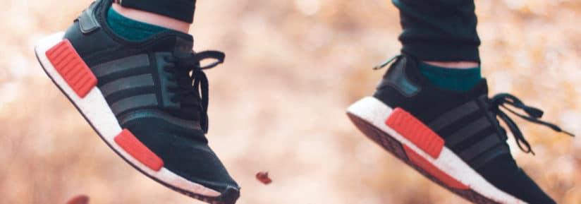 Paire de chaussure noire en l'air après un saut