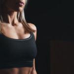 Femme sportive portant une brassière noire